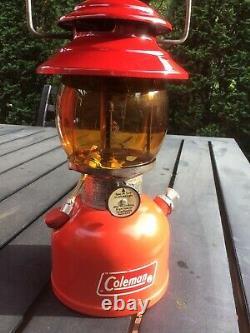Vtg 2/76 Coleman 200a Lanterne Rouge À Manteau Unique Avec Boîtier Rouge & Amber Globe Nice